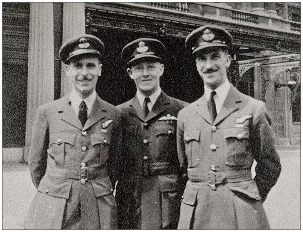 23 Jun 1943 - Sydney Hobday, Les Knight and Johnny Johnson in front of Buckingham Palace