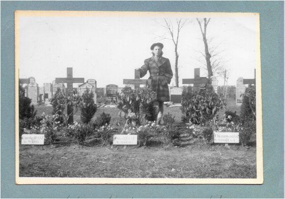 Ms. Martha Noback behind Albert E. Cowell's grave - Vollenhove - 1947