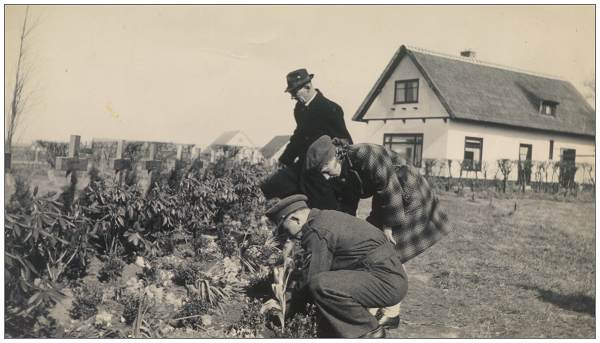 Mr. Eric Stephen Cowell (father) - Ms. Martha Noback - Mr. Andries Noback at graves - Vollenhove - 1947
