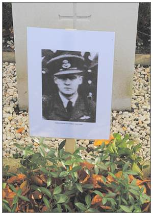 777673 - 80116 - Flying Officer - Pilot - Christopher Thomas Holland - Grave with photo