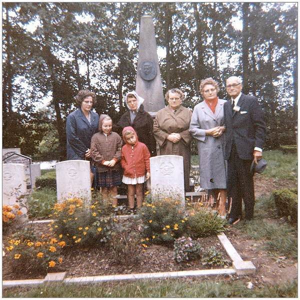 George Lowell Myers (father) visiting gravesite