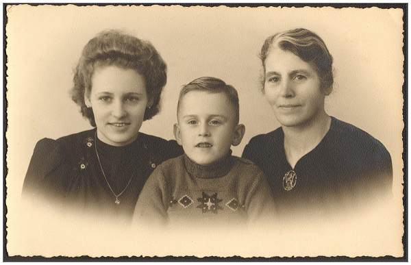 Family Visser - Mother, daughter and foster-son Harmen - abt. 1946/1947