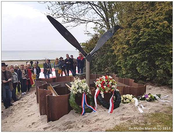 Unveilment of Memorial for Wellington Mk.Ic - R1322 - photo by 'De Fryske Marren' - 02 May 2017